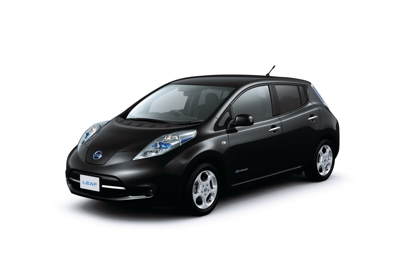 nissan 39 s new leaf models runs 107 miles per charge. Black Bedroom Furniture Sets. Home Design Ideas